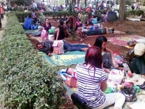 Makan di taman Kebun binatang Bandung